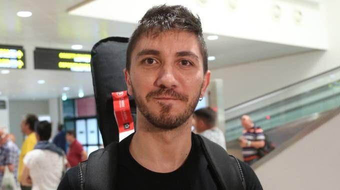 TESTIMONI Dall'alto, Mirko Tosi, Nicola Tegoni e Stefania. Tutti e tre sono atterrati  a Bologna ieri alle 18,14
