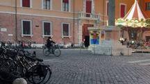 Ravenna, piazza XX settembre conosciuta come piazza dell'Aquila: qui l'uomo faceva la pipì