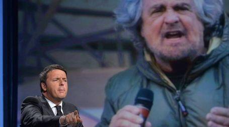 Matteo Renzi 'sovrastato' dall'immagine di Grillo in tv (Imagoeconomica)