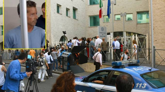 Folla di giornalisti e cittadini davanti al tribunale per il processo Bossetti