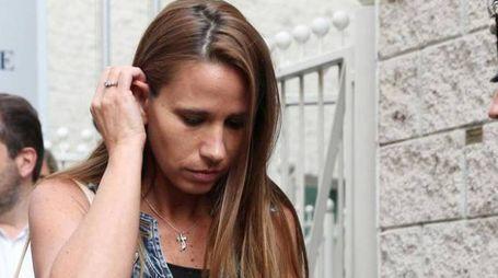 La moglie di Bossetti fuori dal Tribunale (Ansa)