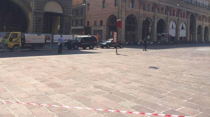 Bologna. carabinieri e artificieri in azione in piazza Maggiore per un allarme bomba