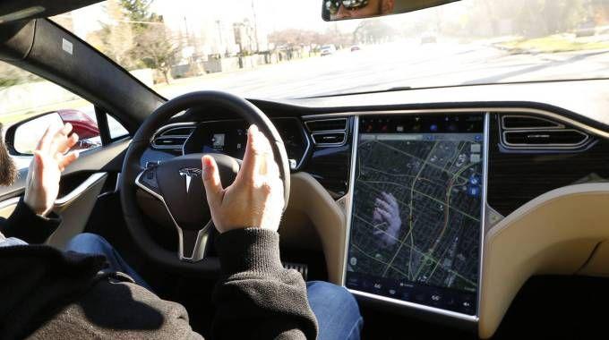 Tesla a guida semi autonoma (Olycom)