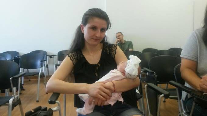 La piccola Giulia in braccio a mamma Yaroslava, finalmente sta bene