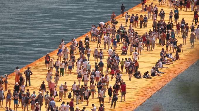 L'andirivieni su The Floating Piers (Fotolive)