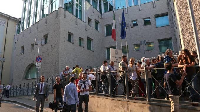 Attesa all'esterno del tribunale di Bergamo (Ansa)