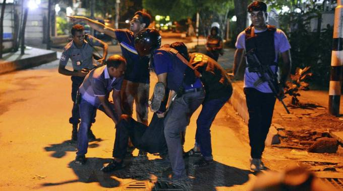Un ferito dell'assalto al ristorante di Dacca (Ansa)