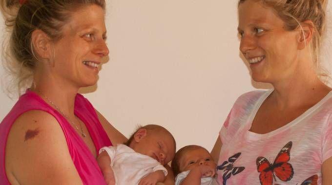 Betty e Sara Biagi con i loro bimbi nati da pochissimo