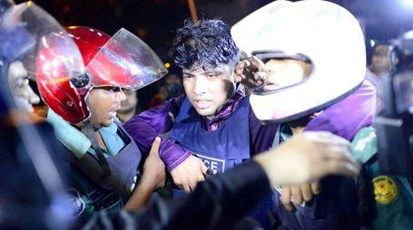 Uno dei poliziotti feriti nell'assalto del ristorante a Dacca (Lapresse)