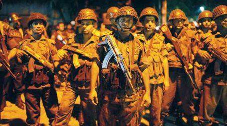 Militari fuori dal ristorante assaltato dal commando dell'Isis a Dacca (Lapresse)