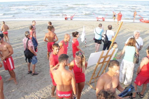 La sfida fra bagnini professionisti della Cooperativa Bagnini di Cervia (foto Veca/Corelli)