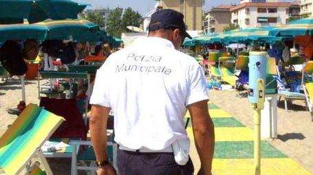 Venditori abusivi, polizia municipale a Rimini (Foto di repertorio Ravaglia)