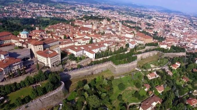 Bergamo, ripresa aerea dell'abbraccio delle Mura Venete