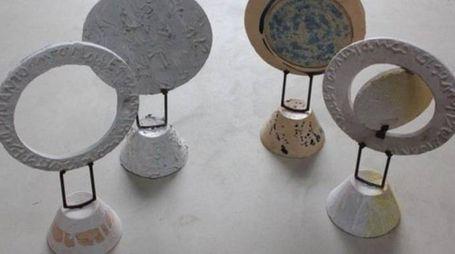 A sinistra una serie di piccole ceramiche di arte povera