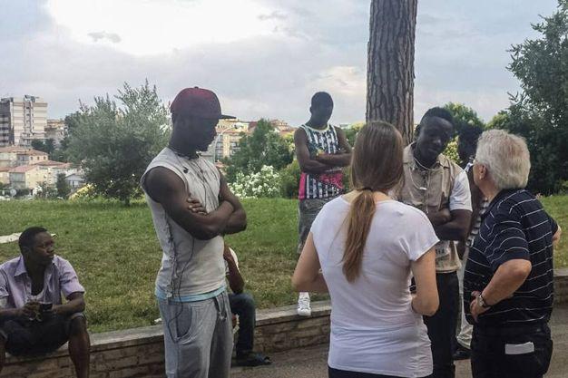 Don Vinicio Albanesi  insieme ai profughi al seminario (foto Zeppilli)