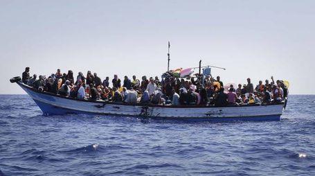 Uno dei tanti barconi di migranti in partenza dalla Libia (ANSA / GIUSEPPE LAMI)