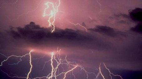 Tempesta di fulmini in cielo
