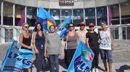 PROTESTA LAVORATRICI DAVANTI AL CINEMA MULTISALA