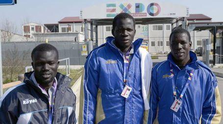 I profughi durante il primo approdo nell'ex campo base di Expo poi bloccato a causa delle polemiche politiche