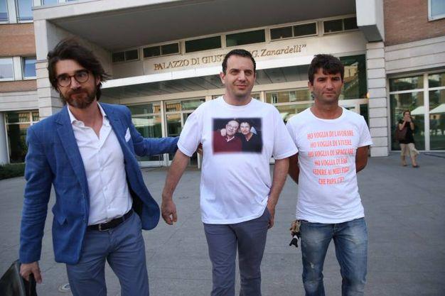Marco Seramondi, figlio Francesco e Giovanna, all'uscita dal Tribunale di Brescia dopo la condanna all'ergastolo per gli assassini dei suoi genitori. Con lui, l'avvocato della famiglia, e Arben Corri, dipendente della pizzeria dei Seramondi