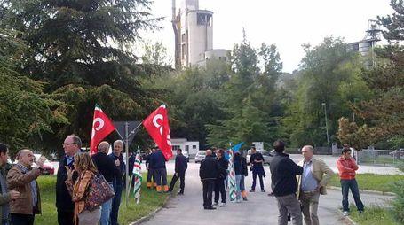 Una protesta davanti al cementificio