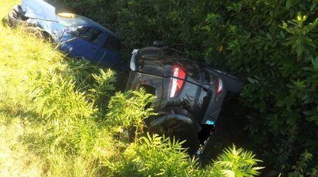 Le due auto piombate nel fossato