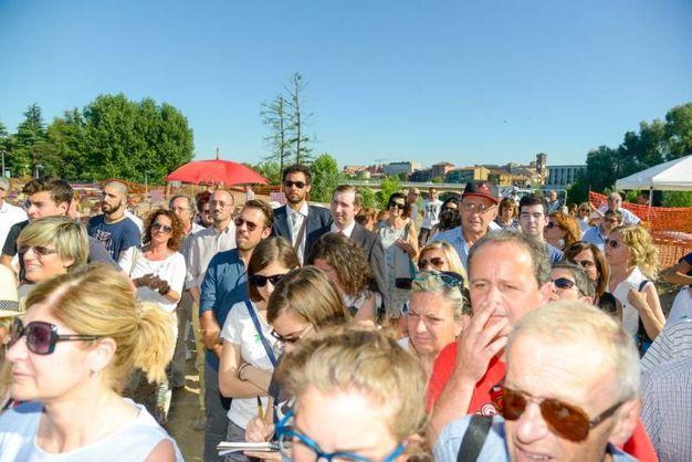 Una folla di curiosi in attesa dell'arrivo di Sgarbi