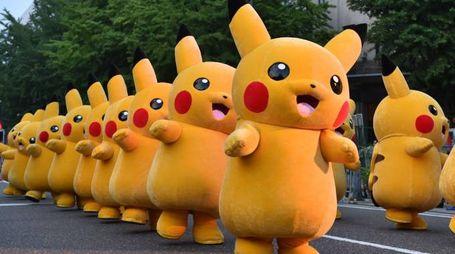 Un corteo di pupazzi di Pikachu a dimensione umana