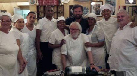 Il celebre chef Cracco con lo staff della Locanda Lorena