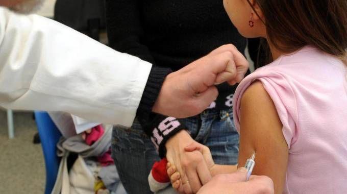 Un bambina viene vaccinata in una foto d'archivio (Ansa)