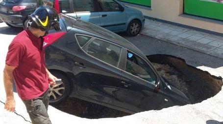 La voragine inghiotte l'auto in strada a Loreto