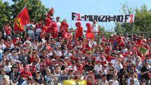I tifosi manifestano  in autodromo. Sopra il boss  della Formula Uno Bernie Ecclestone