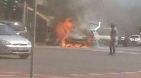 L'auto che è andata a fuoco a porta Castello