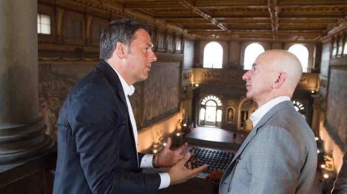 Matteo Renzi riceve Jeff Bezos di Amazon a Palazzo Vecchio (LaPresse)