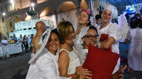 Tutti in pigiama in centro storico (Foto Crocchioni)