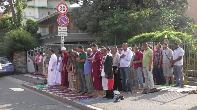 Musulmani in preghiera in via Cenisio