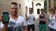 Loris Pagano con altri appassionati del gioco davanti alla tomba di Dante