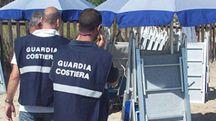 Uomini della Guardia di Costiera controllano uno stabilimento balneare (foto di repertorio)
