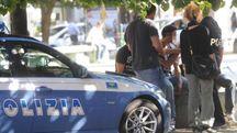 Controlli della polizia in piazza dell'Unità, nel cuore della Bolognina