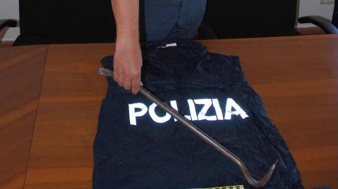 Nella foto la spranga sequestata dalla polizia di Assisi
