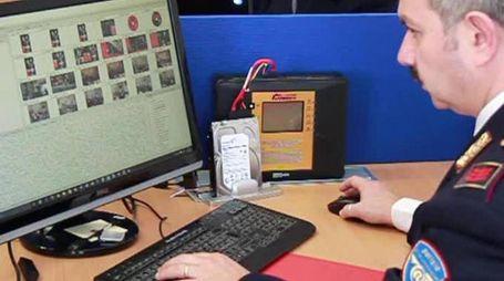 INVESTIGATORI Agenti della polizia postale setacciano i siti internet a rischio