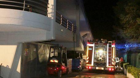Vigili nel fuoco in azione durante la notte nella concessionaria Bmw Birindelli, assai nota anche in Valdinievole