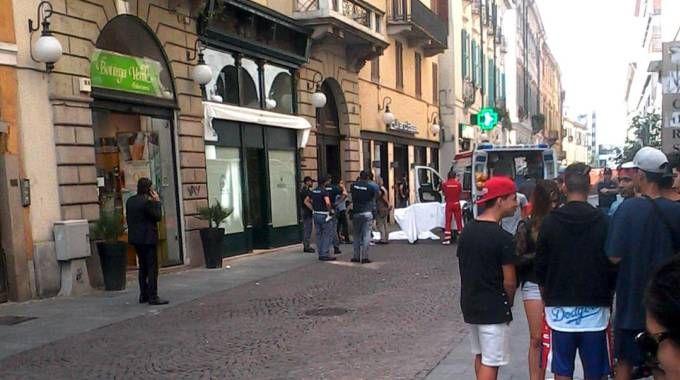 Il corpo senza vita della donna in strada a Novara