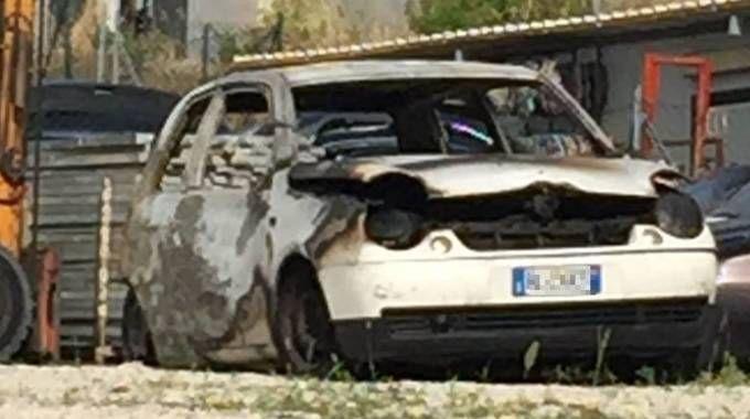 L'auto bruciata a Porto Sant'Elpidio (Foto Colibazzi)