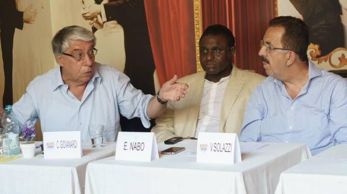 Da sin., il senatore Carlo Giovanardi a Fermo per il caso del nigeriano morto (Zeppilli)