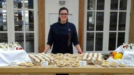 Silvia Corvi con alcuni dei suoi prodotti di pasticceria