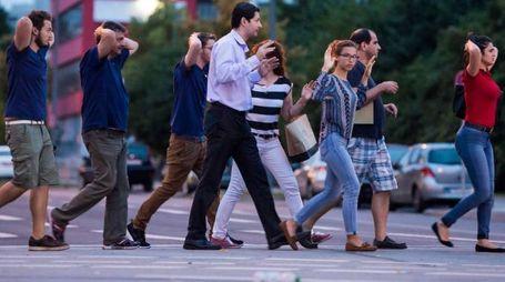 Strage a Monaco, le persone lasciano con le mani alzate il centro commerciale