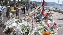 Nizza, fiori sulla Promenade dopo l'attentato