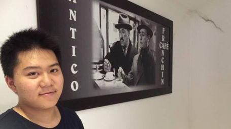 Il titolare Luo Ian Liao, 18 anni, con la foto di Totò e Peppino De Filippo