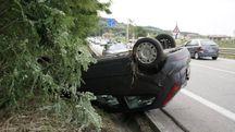 L'auto ribaltata finita dentro un fosso (Foto Zeppilli)